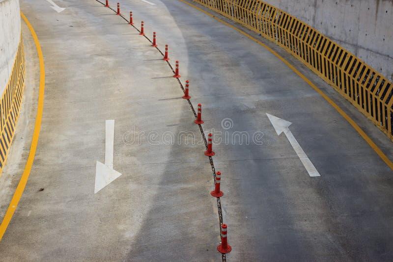 Símbolos e postes de amarração da seta na estrada imagem de stock royalty free