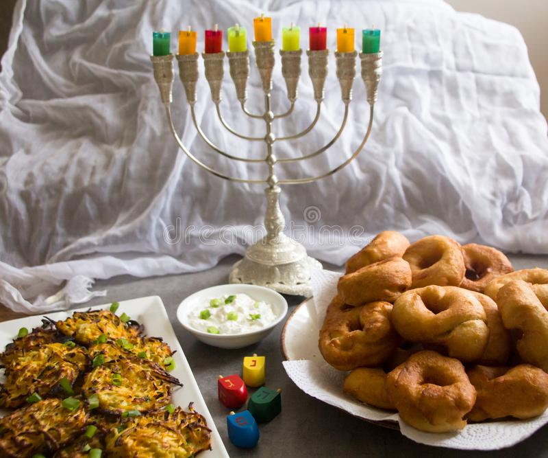 Símbolos judíos de Jánuca del día de fiesta contra el fondo blanco; top de giro tradicional, candelabros tradicionales del menora imagen de archivo libre de regalías