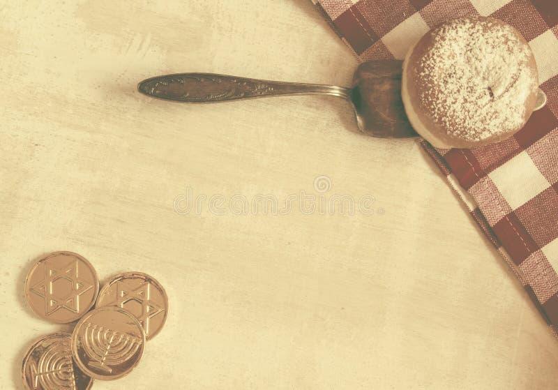 Símbolos judíos del hannukah del día de fiesta de la endecha plana - el vintage diseñó imagen fotos de archivo