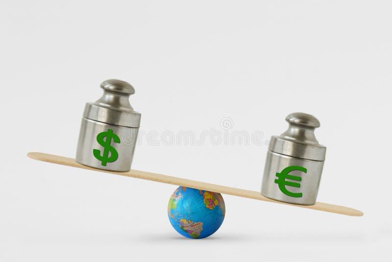 Símbolos na escala do equilíbrio - conceito do dólar e do euro do euro- domínio sobre o dólar em mercados globais foto de stock
