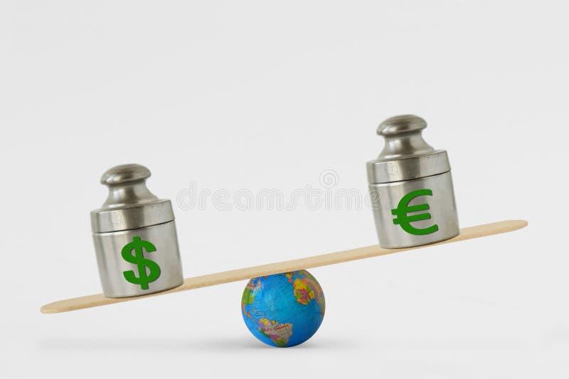 Símbolos na escala do equilíbrio - conceito do dólar e do euro do domínio do dólar sobre o euro em mercados globais fotos de stock
