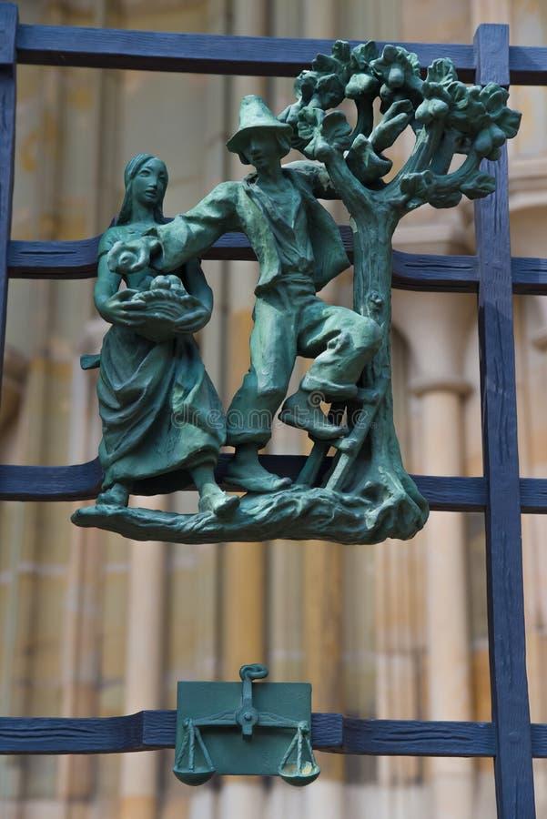 Símbolos paganos del zodiaco en el St Vitus Cathedral del Golden Gate en Praga foto de archivo