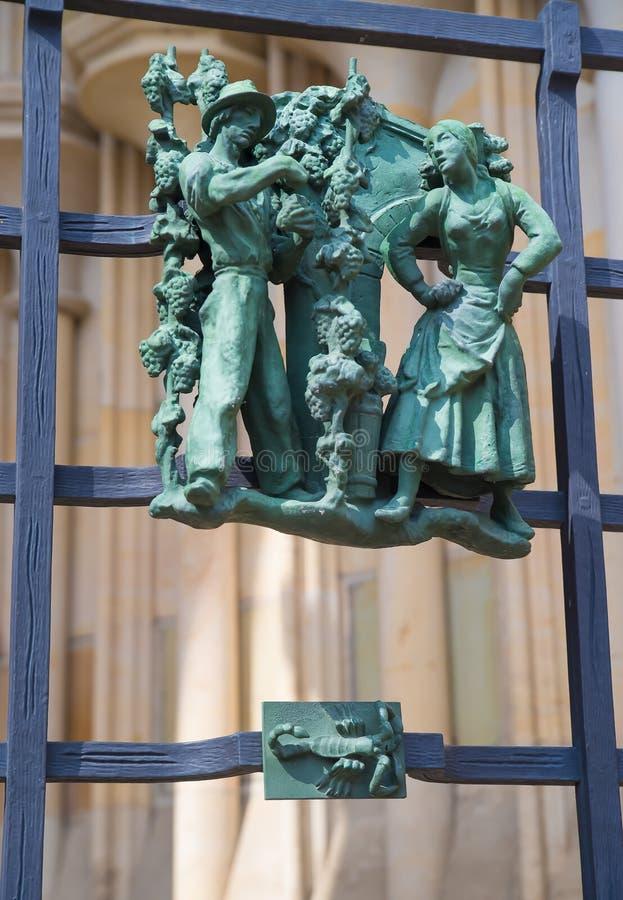 Símbolos paganos del zodiaco en el St Vitus Cathedral del Golden Gate en Praga imagen de archivo