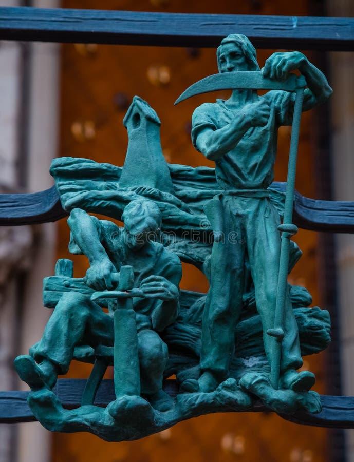 Símbolos paganos del zodiaco en el St Vitus Cathedral del Golden Gate en Praga imágenes de archivo libres de regalías