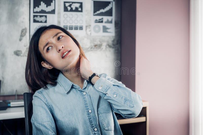 Síndrome do escritório, dor asiática do pescoço do desenhista ao trabalhar, mão c do uso imagem de stock