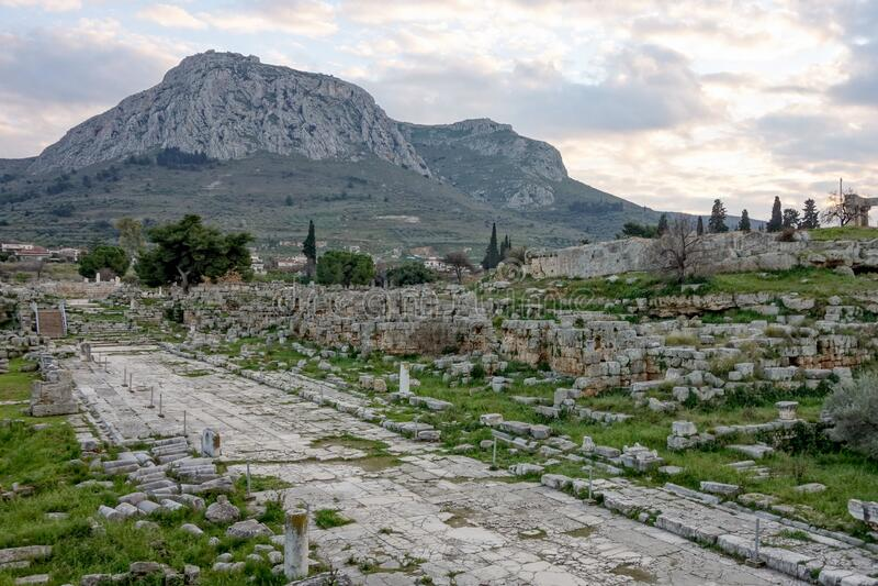 Sítio Arqueológico de Corinto após o pôr do sol na Grécia foto de stock