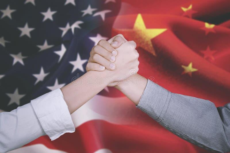 Sócio comercial com a bandeira de América e de China imagem de stock