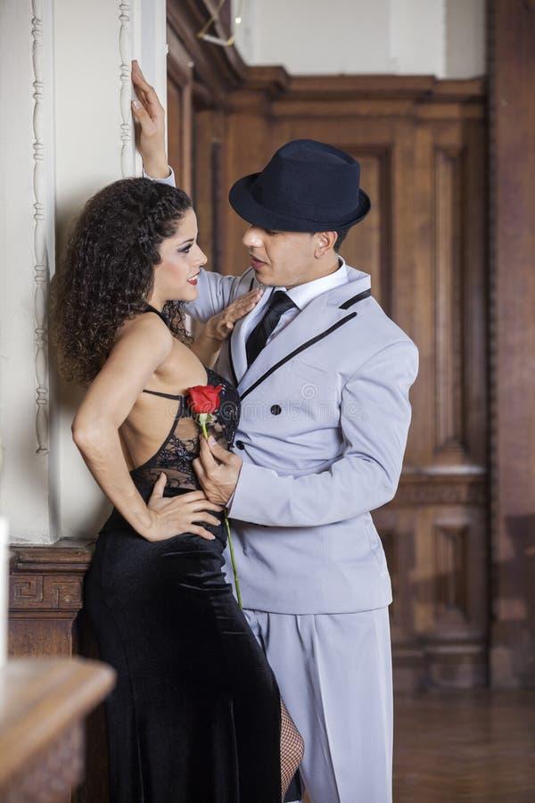 Sócio de Holding Rose While Looking At Female do dançarino do tango imagens de stock