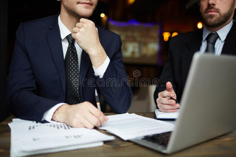 Sócios comerciais bem sucedidos na reunião fotografia de stock royalty free