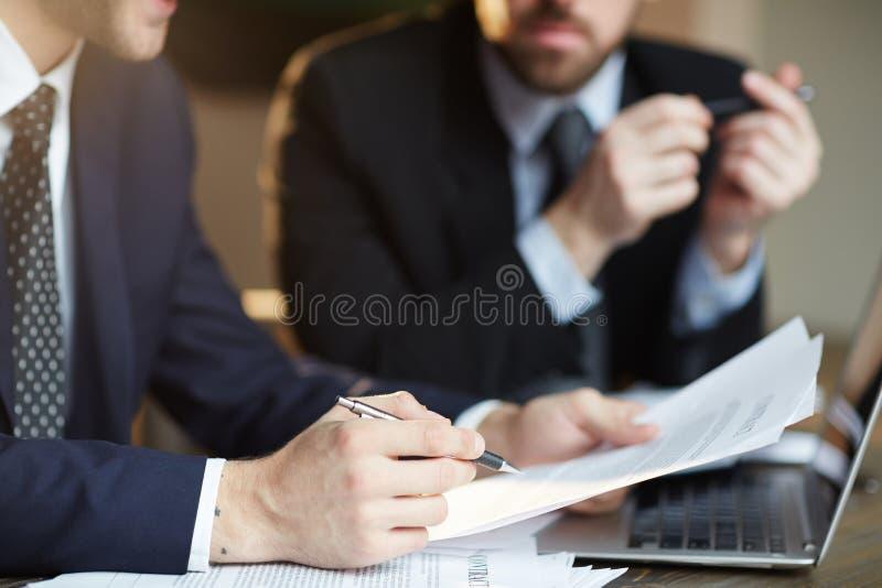 Sócios comerciais bem sucedidos que discutem o contrato foto de stock royalty free