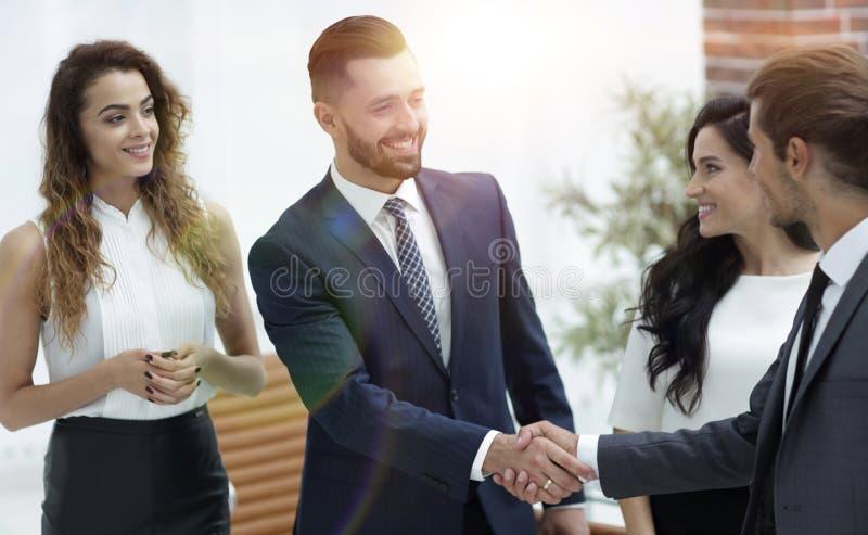 Sócios comerciais do aperto de mão no escritório fotografia de stock royalty free