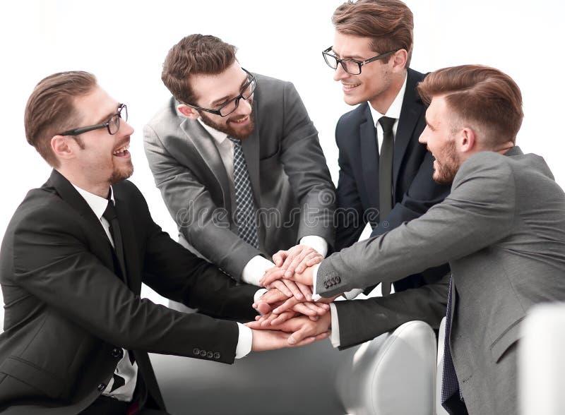 Sócios comerciais felizes com suas mãos dobradas junto imagens de stock