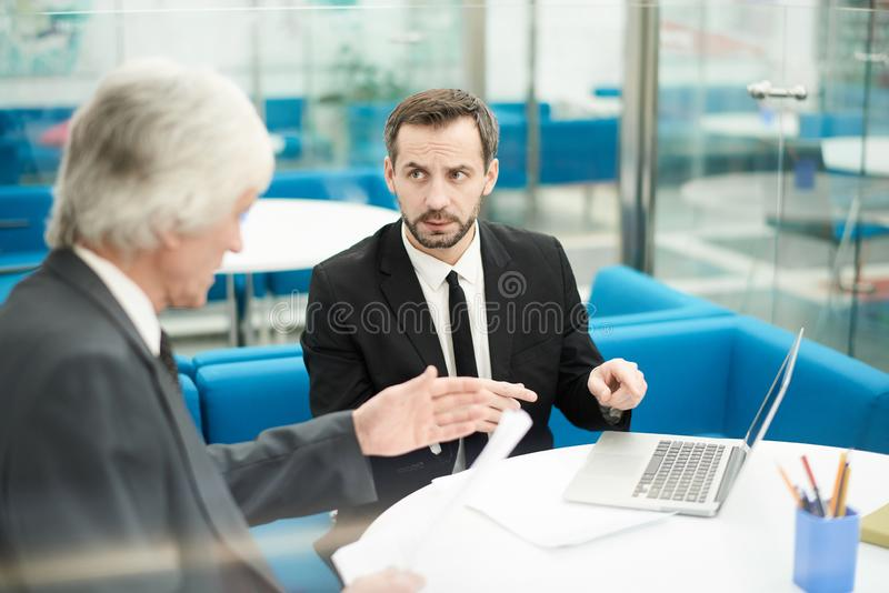 Sócios comerciais maduros na reunião foto de stock royalty free
