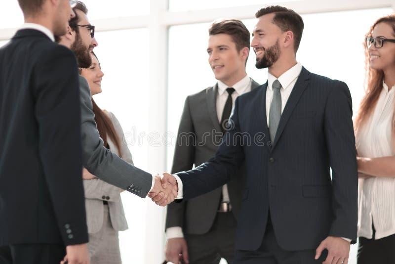 Sócios comerciais que agitam as mãos como um símbolo da unidade imagens de stock