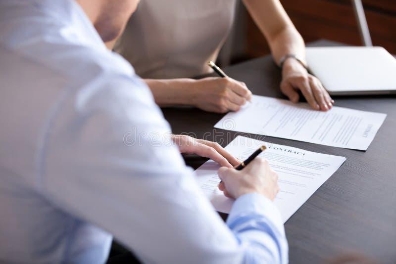 Sócios comerciais que assinam contratos durante a reunião do escritório fotografia de stock