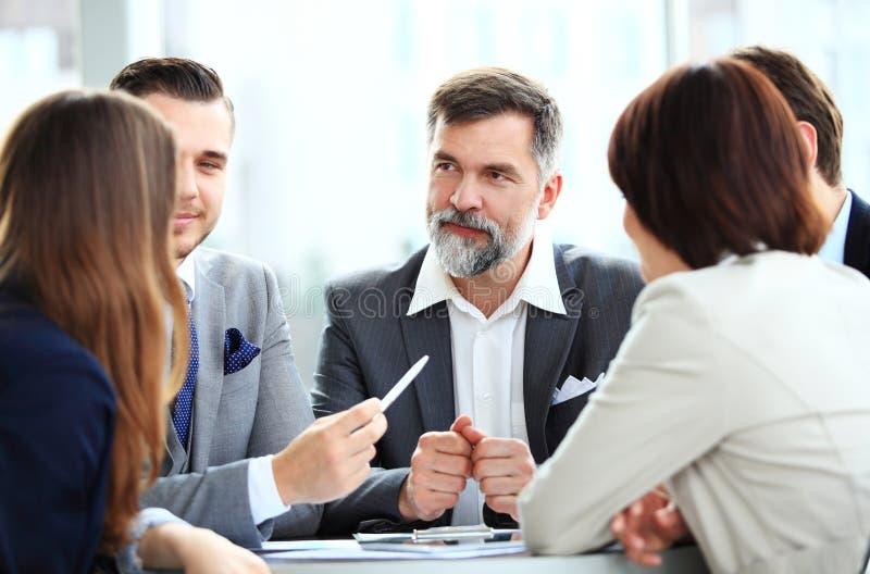 Sócios comerciais que discutem originais e ideias na reunião fotos de stock