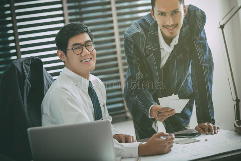 Sócios comerciais que discutem originais e ideias na reunião com foto de stock