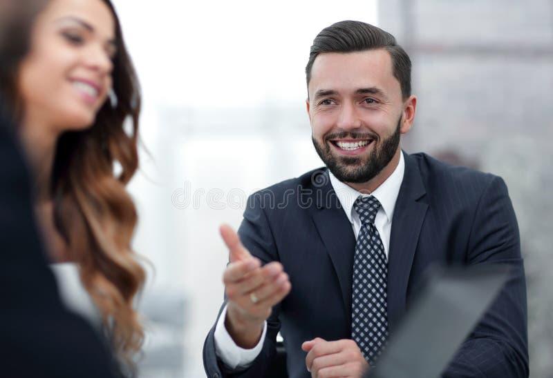 Sócios comerciais que discutem os termos do contrato novo imagens de stock royalty free