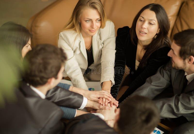 Sócios comerciais que fazem a pilha das mãos na reunião fotografia de stock royalty free