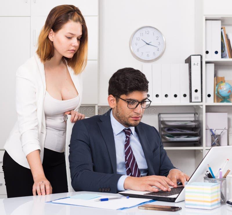 Sócios comerciais que trabalham no escritório imagem de stock