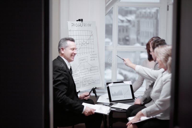 Sócios financeiros que discutem um contrato comercial novo fotografia de stock royalty free