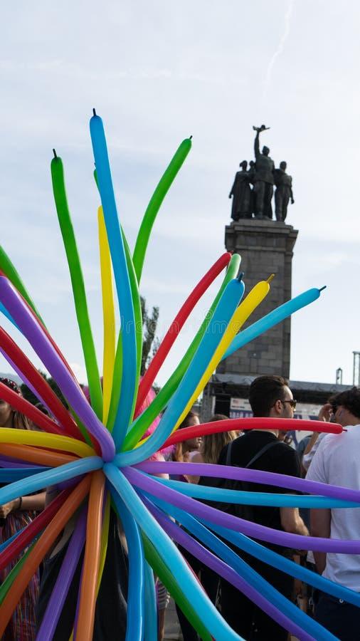 Sófia/Bulgária - 10 de junho de 2019: Grupo de pessoas em um festival com balões do arco-íris Concerto do apoio LGBT em Sófia, Bu imagens de stock