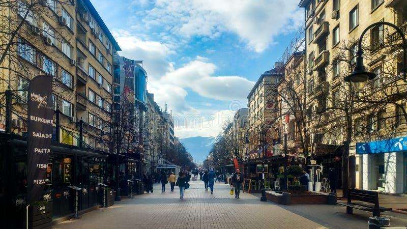 Sófia, Bulgária - 11 de março de 2019: Rua de passeio pedestre de Sófia em um dia ensolarado imagens de stock royalty free