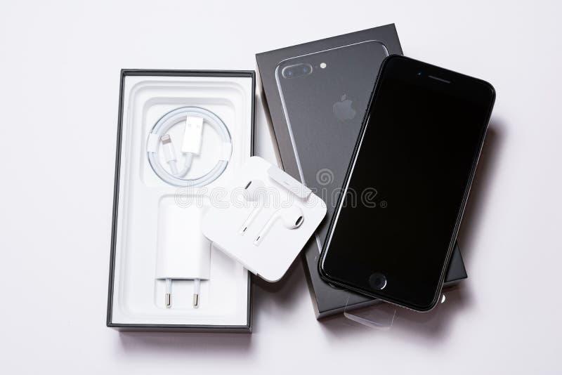 SÓFIA, BULGÁRIA - 7 DE OUTUBRO DE 2016: IPhone novo 7 Jet Black positiva de Apple que unboxing, no fundo branco, o editorial ilus imagens de stock