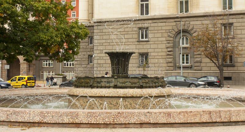 SÓFIA, BULGÁRIA - 9 DE OUTUBRO DE 2017: a fonte no quadrado da independência, quadrado foi projetada em 1950-1955 anos imagem de stock