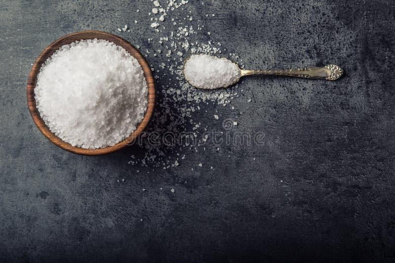 sól Prostacka groszkowata morze sól na granicie - betonowy kamienny tło z rocznik łyżką i drewnianym pucharem obrazy stock