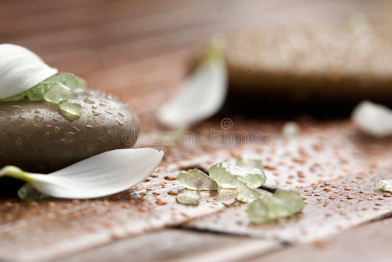 sól wannie kamienie w spa. zdjęcia stock