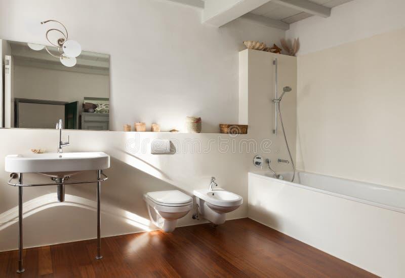 Sótão agradável, banheiro fotografia de stock