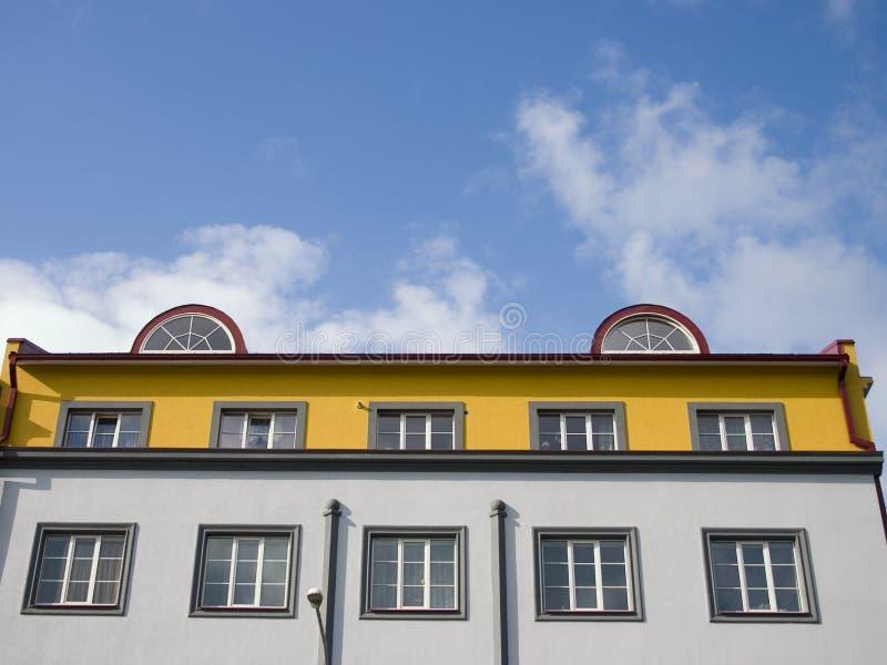 Sótão de luxo em um telhado da casa bonita fotografia de stock