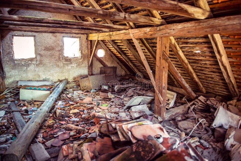 Sótão de madeira abandonado oxidado da casa fotografia de stock