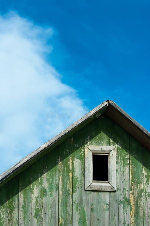 Sótão de uma casa de madeira velha fotos de stock