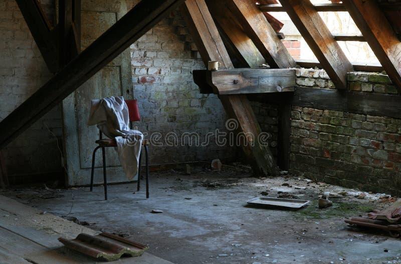 Sótão em uma casa abandonada fotos de stock