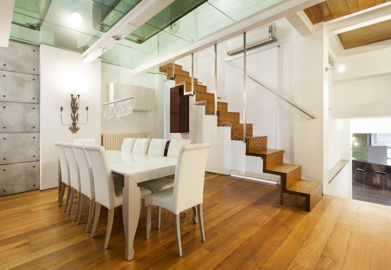 Sótão interior, largo, sala de jantar imagem de stock