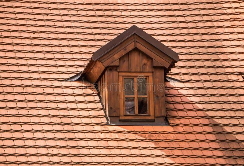 Sótão pitoresco em uma casa velha com um telhado telhado Arquitetura checa tradicional fotografia de stock