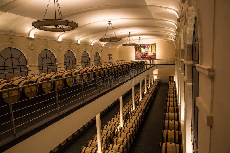 Sótano de la elaboración de vino del pavie del castillo francés, Saint Emilion, Burdeos, Francia fotos de archivo libres de regalías