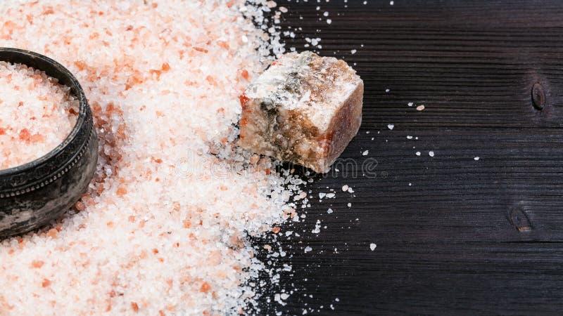 sótano de la sal y sal Himalayan rosada cruda en la tabla imagen de archivo libre de regalías