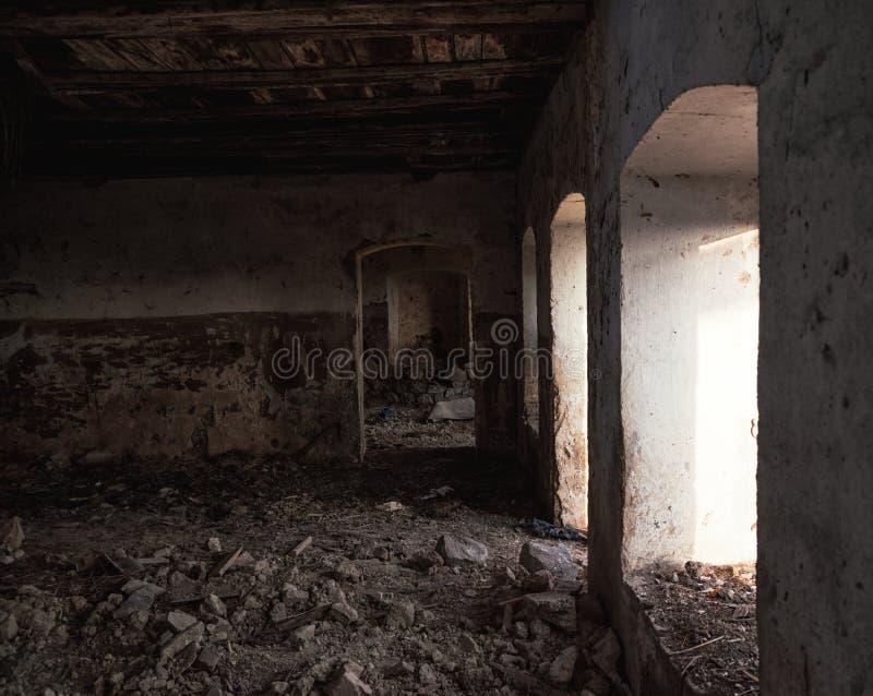 Sótano de una vieja construcción dilapidada fotos de archivo