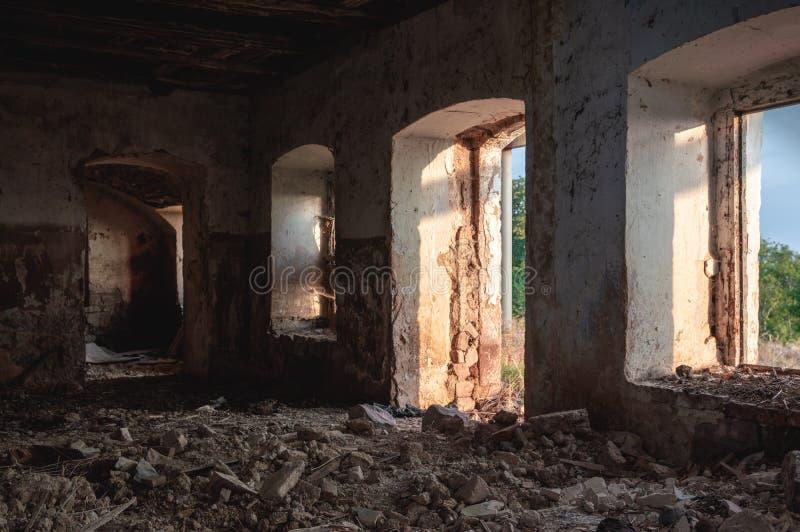 Sótano de una vieja construcción dilapidada fotografía de archivo libre de regalías