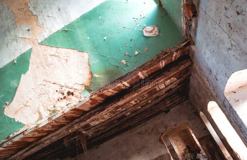 Sótano de una vieja construcción dilapidada fotos de archivo libres de regalías