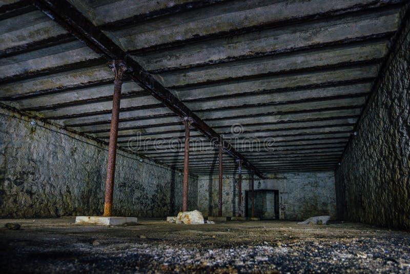 Sótano subterráneo abandonado sucio oscuro y espeluznante fotos de archivo