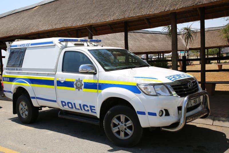 S?der - afrikansk polisservice ger s?kerhet i Kruger Mpumalanga den internationella flygplatsen, Sydafrika arkivbild