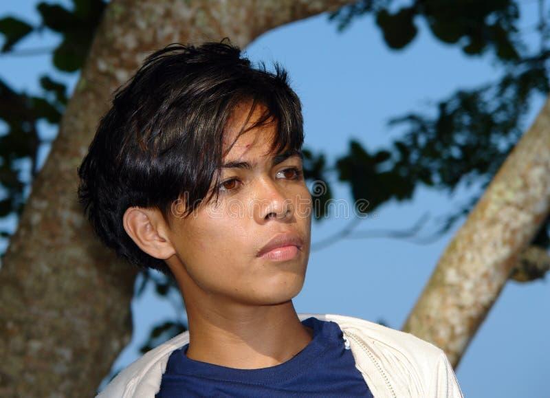 södra östlig stående för asiatisk pojke royaltyfri foto