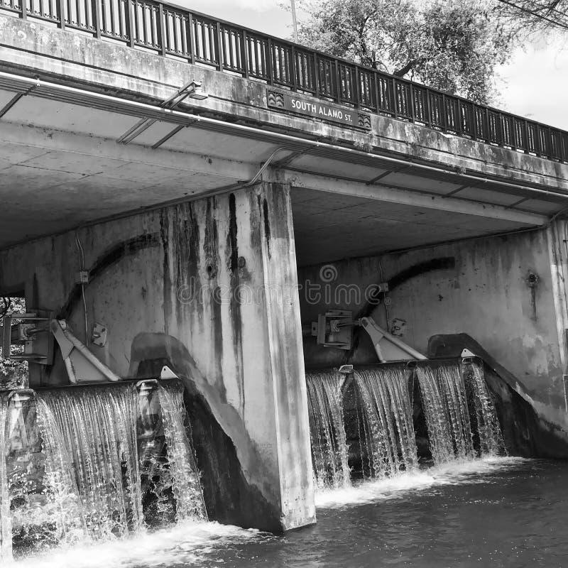 Södra bro för Alamo St-vatten royaltyfria foton