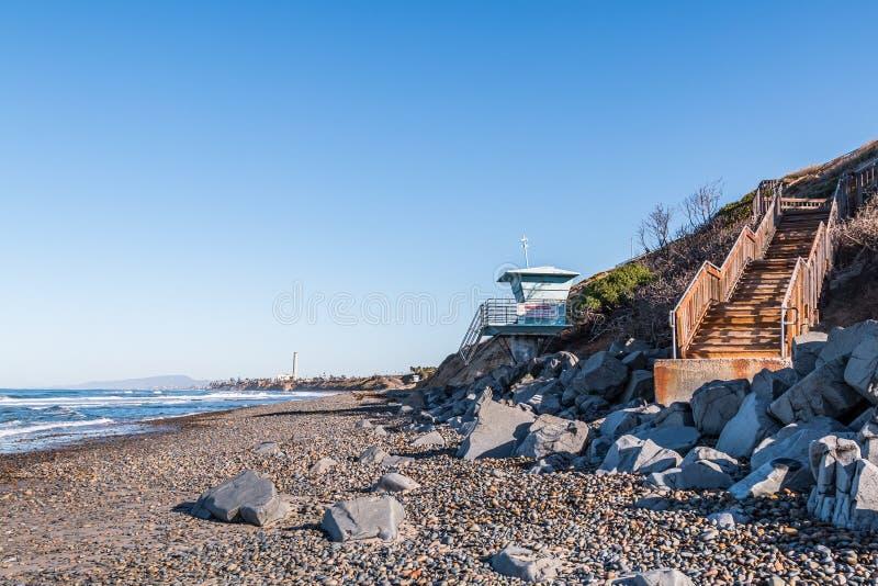 Södra Carlsbad statlig strand med livräddaren Tower och trappuppgången fotografering för bildbyråer