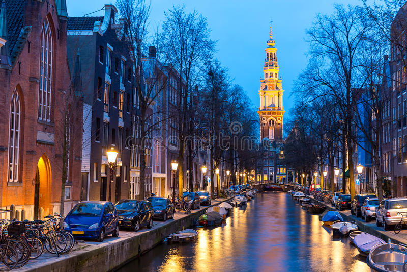Södra kyrkliga Zuiderkerk Amsterdam på skymning arkivbild