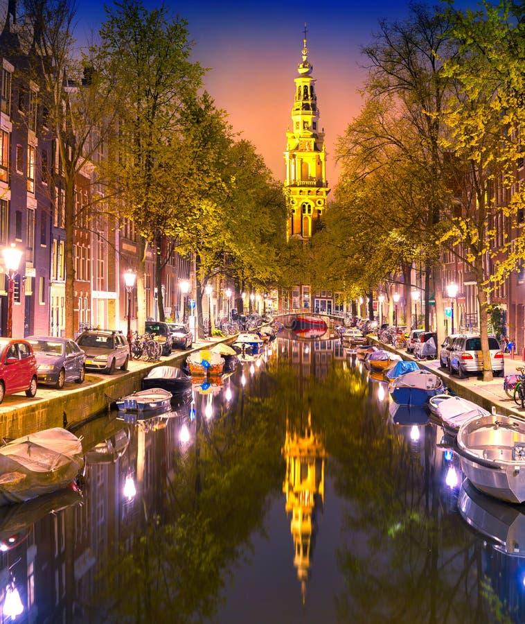 Södra kyrkliga Zuiderkerk och Amsterdam kanaler på skymning arkivfoton